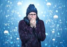 结冰在有天气情况概念的温暖的衣物的男孩 免版税库存图片