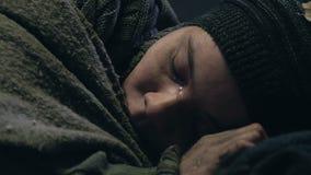 结冰在街道、错过的家和家庭上的无家可归的男孩,放弃由社会 股票视频