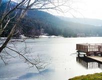 结冰的湖、森林、山和码头,bolu 免版税库存图片
