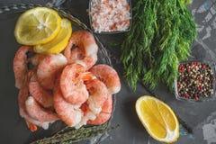 结冰的虾为烹调准备 虾用香料美味柠檬色的胡椒莳萝和海盐 食物配制 免版税库存图片
