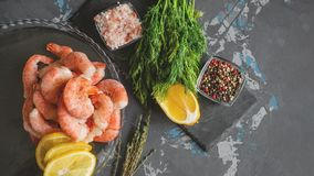 结冰的虾为烹调准备 虾用香料美味柠檬色的胡椒莳萝和海盐 食物配制 库存图片
