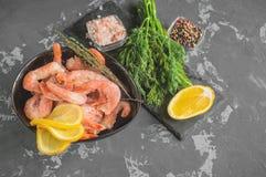 结冰的虾为烹调准备 虾用香料美味柠檬色的胡椒莳萝和海盐 食物配制 库存照片