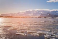 结冰的Ice湖有山背景,冰岛 免版税库存图片