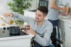 结合一起烹调-供以人员残疾在轮椅 图库摄影