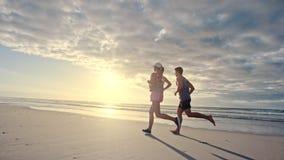 结合一起跑步在海滩 影视素材