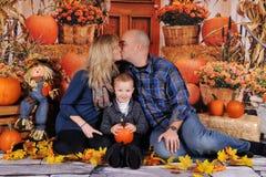 结合亲吻与在他们前面的孩子在秋天 库存照片