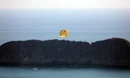 结合做帆伞运动在曼纽尔安东尼奥国家公园海滩在哥斯达黎加,多数美丽的海滩在世界上 图库摄影