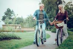 结合在一起使他们的手的宜人的年迈的夫妇 库存图片