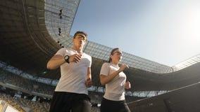 结合在体育场的慢跑者 影视素材