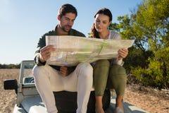 结合在公路车辆的读书地图有轮胎的 图库摄影