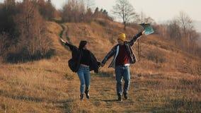 结合在握手的爱远足户外 徒步旅行者人和妇女迁徙的走与在足迹的背包在日落 影视素材