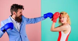 结合在竞争在拳击的爱 战斗在手套的女性和男性拳击手 控制权概念 性别争斗 ?? 免版税库存照片