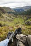 结合坐看在苏格兰风景的小山 免版税库存照片