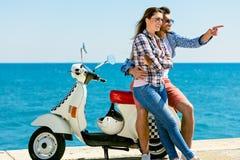 结合坐看彼此的小型摩托车 免版税库存照片