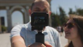 结合城市旅行博克射击行动照相机的游人,特写镜头 股票录像