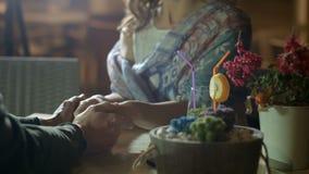 结合嫩握手,显示浪漫感觉在日期,爱情小说 影视素材