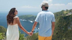 结合恋人手拉手努力去做峭壁神色在海洋看法,慢动作 股票视频