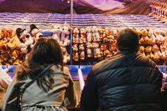 结合戏剧和尝试在冬天妙境赢取一个软的玩具 图库摄影