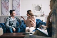 结合拜访心理学家和有一个心理会议,当应付问题在关系时 免版税库存照片