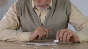 结合拼图的老人在修复,记忆发展的活动 股票视频