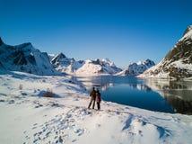 结合摆在Lofoten海岛的山 雷讷,挪威 免版税库存图片