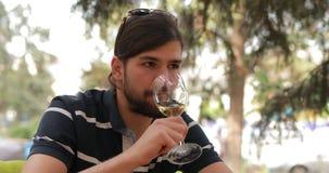 结合日期、男人和妇女叮当声玻璃和饮料酒 影视素材