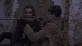 结合有武器的幸存者在被放弃的被破坏的遗骸 岗位启示世界的潜随猎物者 股票视频