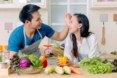 结合烹调一起,准备与新鲜的夫妇沙拉 免版税库存照片