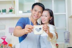 结合烹调一起,准备与新鲜的夫妇沙拉 免版税库存图片