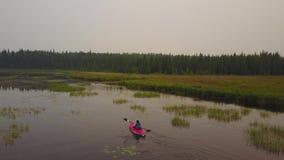 结合用浆划在享受安静,有薄雾的湖的皮船 影视素材