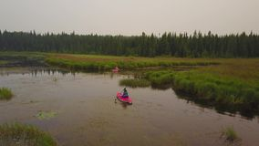 结合用浆划在享受安静,有薄雾的湖的皮船 股票视频