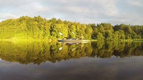 结合用浆划皮船在日落,庄严风景,慢mo 股票视频