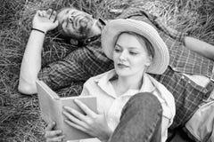 结合知己在浪漫日期 在爱的夫妇在公园花费休闲看书 家庭享受与诗歌的休闲 库存图片
