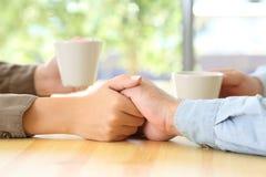 结合约会和爱抚在酒吧的手 图库摄影