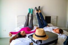 结合说谎在带着手提箱的床上 在旅途概念的费 r 免版税库存图片