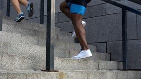 结合赛跑在楼上,跑步活跃周末的青年人,生活方式 库存照片