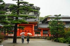 结合走与照相机的时兴的加工好的青年游人到寺庙京都 库存照片