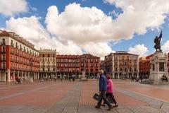 结合走在巴里阿多里德西班牙大广场  免版税库存照片