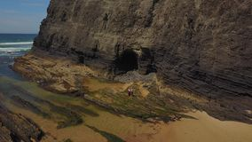 结合身分在与后边峭壁的狂放的海滩,葡萄牙 影视素材