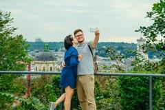 结合采取与欧洲城市的selfie背景的 免版税库存图片