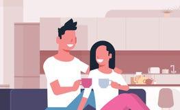 结合饮用的茶咖啡人妇女坐传达现代厨房内部的长沙发愉快的恋人男女 库存例证