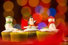 结块干酪圣诞节结霜红色天鹅绒的奶油杯形蛋糕 圣诞节装饰生态学木 免版税图库摄影