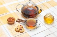 结块玻璃honney瓶子杯子茶壶 免版税库存图片