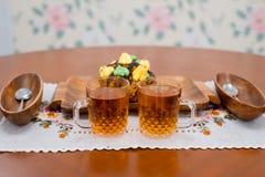 结块蛋糕在一个木盘子用茶 免版税图库摄影