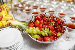 结婚宴会、果子装饰桌和caces 免版税库存图片