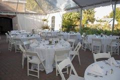结婚宴会帐篷桌设置的照片 免版税图库摄影