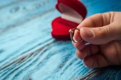 结婚的提议 一件礼物为圣华伦泰` s天 Marria 图库摄影