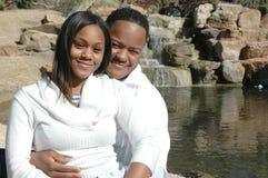 结婚的黑色夫妇愉快 免版税库存图片