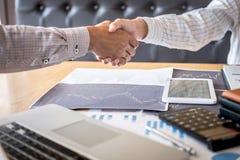 结束会议,两个愉快的商人握手在合同约定成为以后伙伴,合作 免版税库存照片