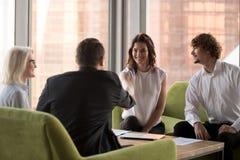 结束成功的成交的微笑的商务伙伴握手 免版税库存照片